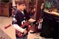 Sjuk kille lirar guitarr hero