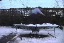 Killar glider på pingisbord
