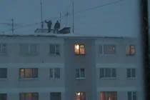 Galna ryssar hoppar ner i stor snöhög