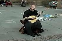 Gatumusikant med otrolig sångröst